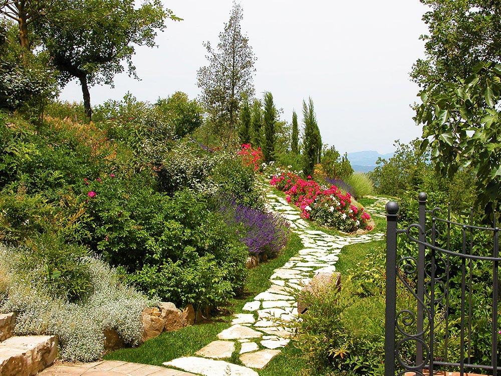 Un giardino colorato nelle colline in umbria gabriele